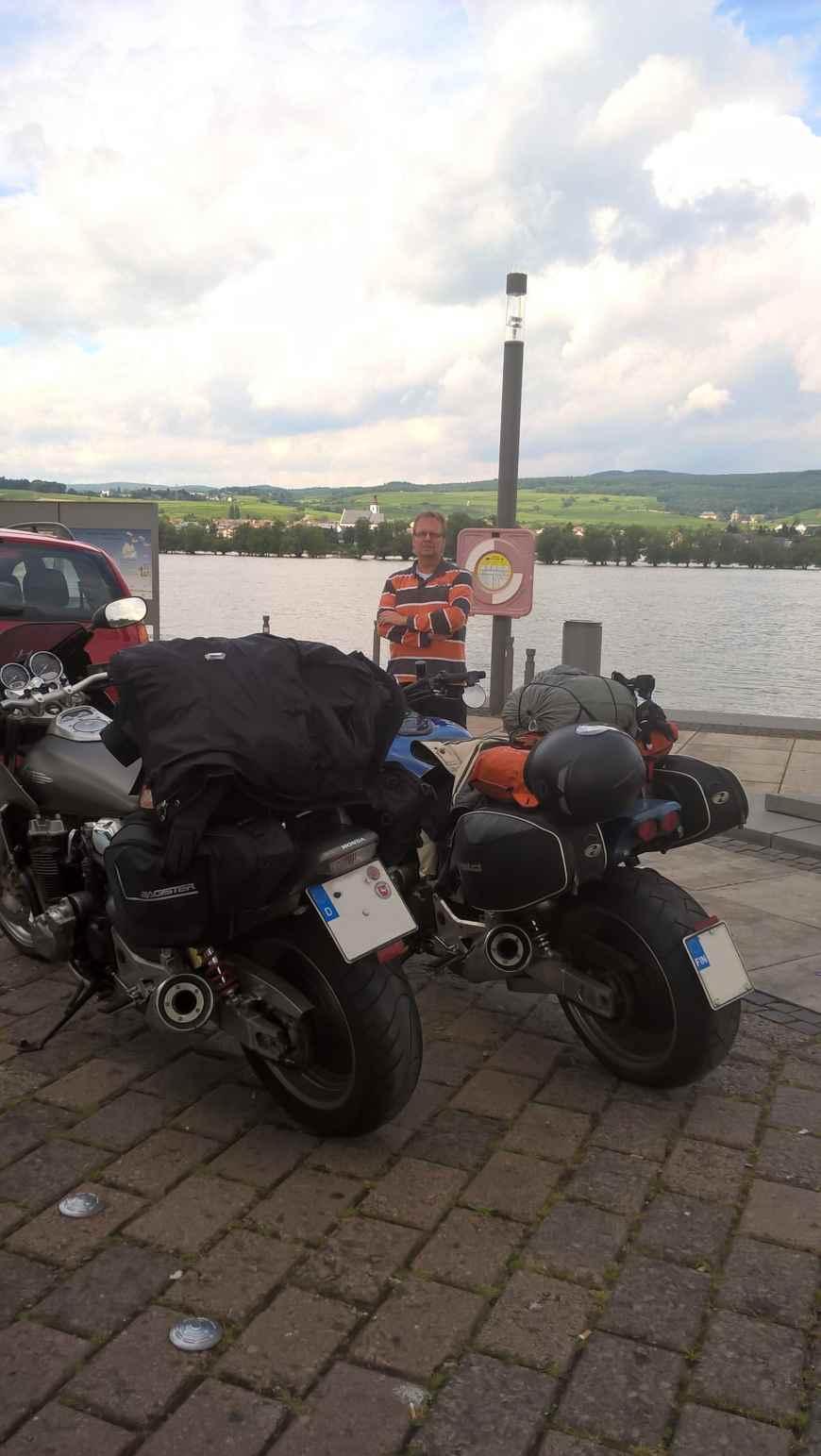 Odotellaan Christianin kanssa Rheinin ylittävää lauttaa
